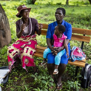 A volunteer with Zimbabwe's Friendship Bench programme gives advice.