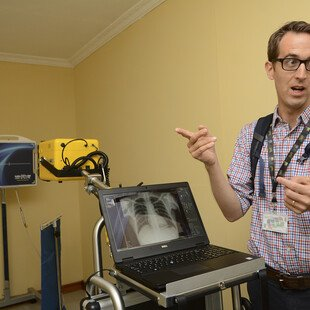 Researcher in front of a computer and X-ray machine
